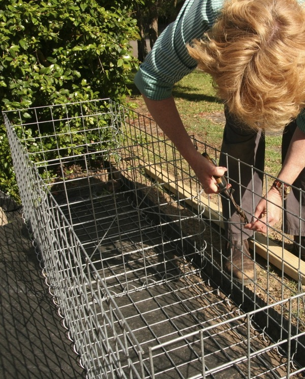 Putting in the central panel & corner bracing to prevent the cage bulging outwards when its filled with rocks