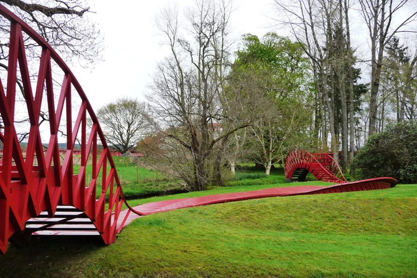 Red bridges (photo by Yellow Book)