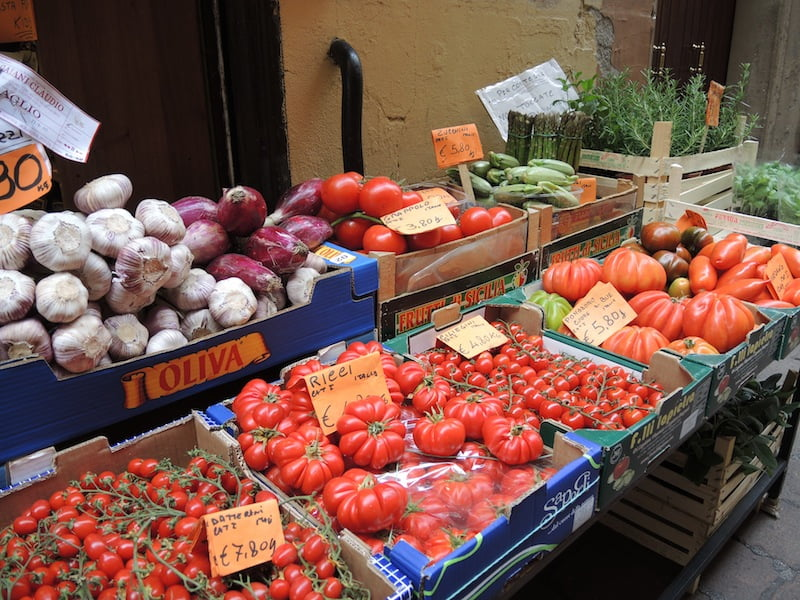 01 fresh tomatoes in Italian markets