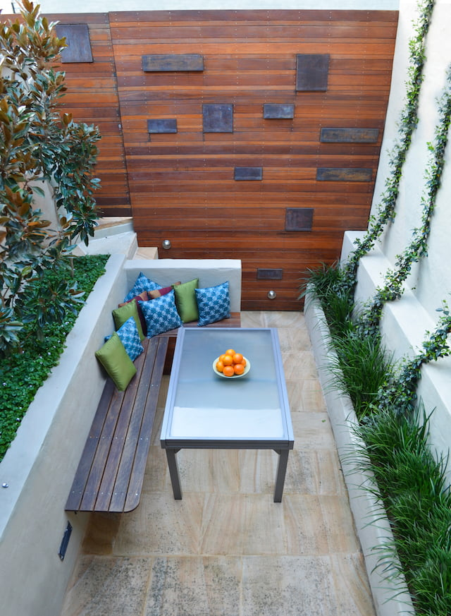 3 tiny courtyard makeovers gardendrum for Very small courtyard ideas