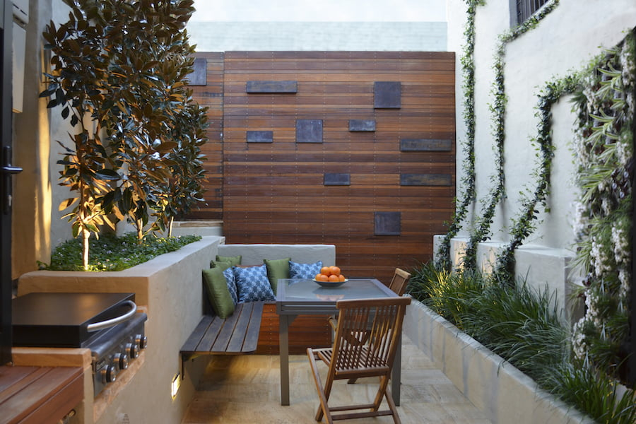 3 tiny courtyard makeovers gardendrum for Decorating small patio spaces