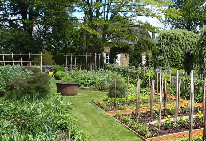 Jardins d'Eyrignac kitchen garden with water bowl