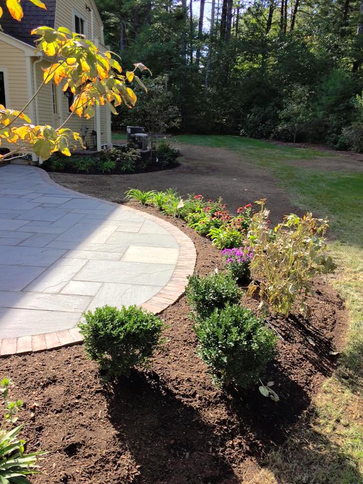 The new planting beds echos and extend the shape of the existing patio