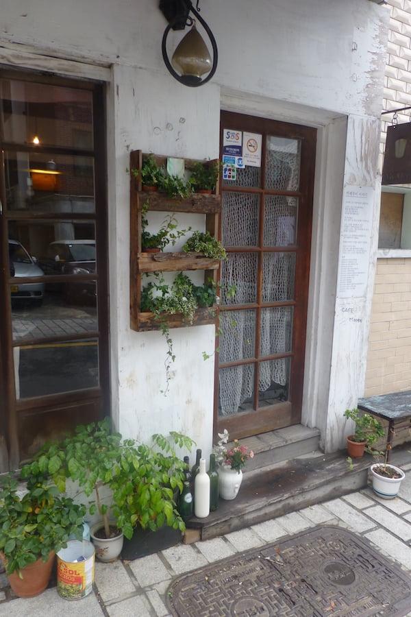 P1360829 Bukchon doorstep green