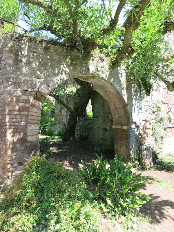 Archway at Ninfa. Photo Raymond Rousset
