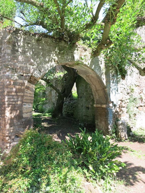 Archway at Ninfa. Photo Raymond Rousset