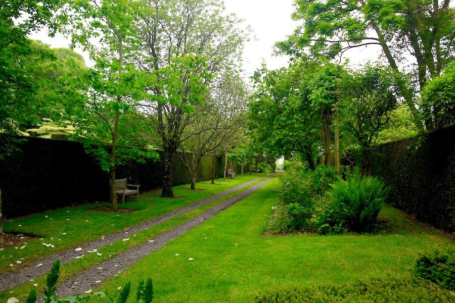 Allée in Jardins de Castillion, with dropped 'hankies'
